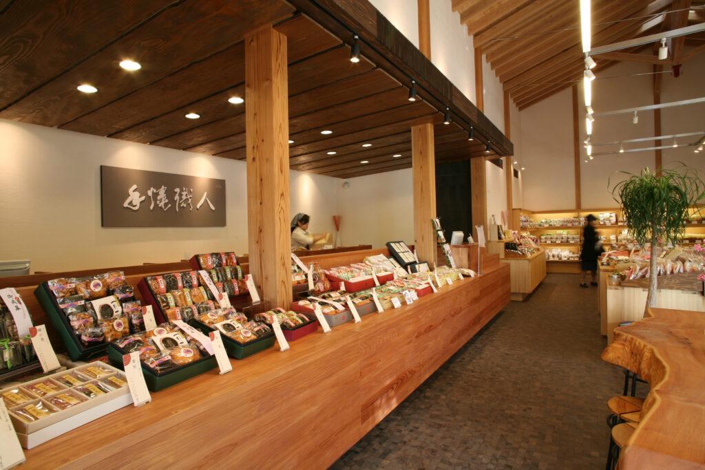 商品棚には間接照明を使用。樹齢800年の欅のテーブル