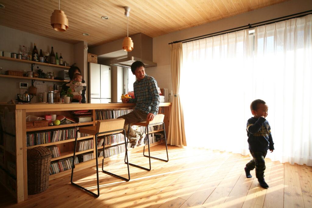 対面キッチンの足元に収納天井と床に杉を利用 壁はシラス壁で匂いの吸着と体感温度コントロール