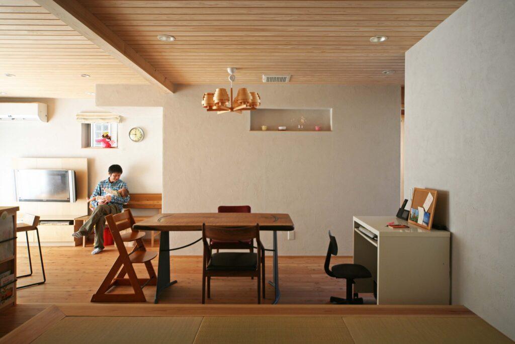 状況に応じて変化していく空間(ダイニング、ワークスペース)壁上部にはニッチを設けた