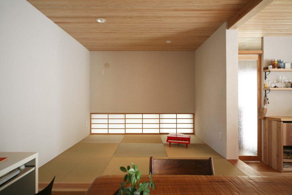 小上がりの和室。家事や子育てにも活用できるフリースペース。腰掛けやすい高さに