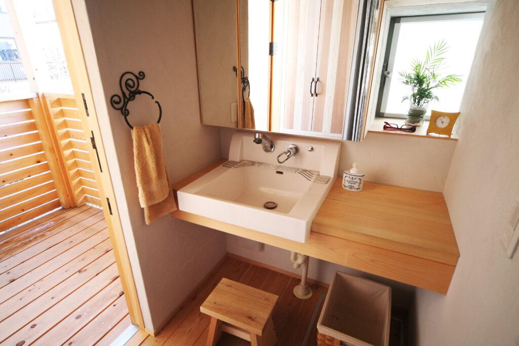 外から洗面スペースに。 木と鉄、自然物の組み合わせ