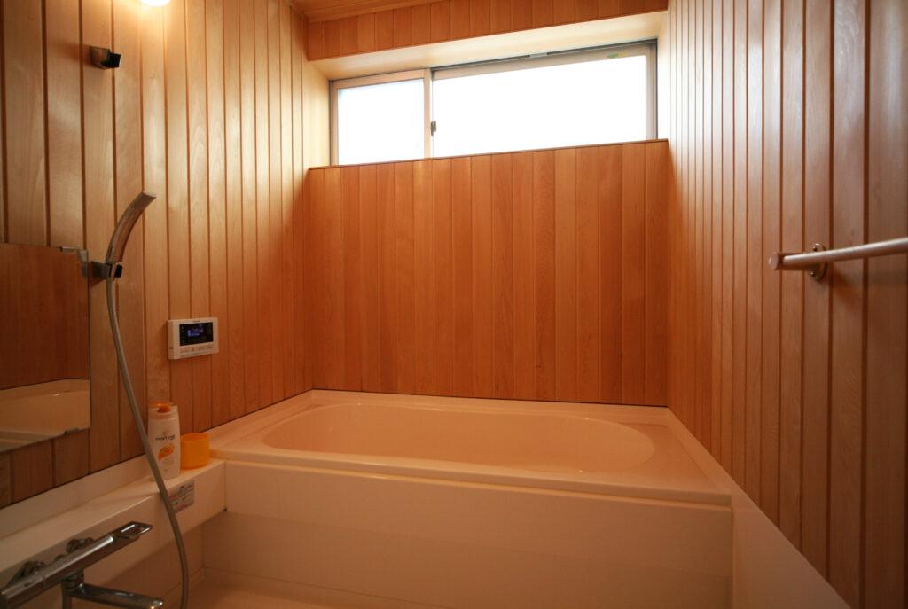 天然木材を使った壁・天井とハーフユニットを使った浴室